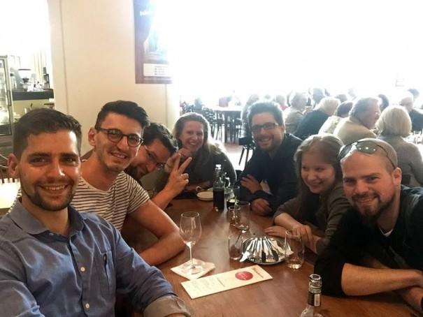Blogger, die mit Bloggern grinsen